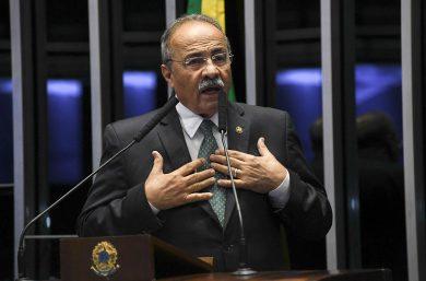 Bolsonaro tira senador de cargo de liderança e tenta se desvincular de flagra de dinheiro entre as nádegas