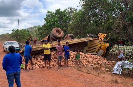 Caminhão carregado de tijolos tomba e deixa jovem morto e dois feridos