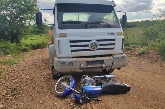 Colisão frontal entre moto e caminhão mata estudante de 25 anos no Sul do Piauí