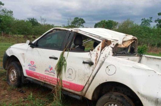 Veículo da Saúde de Vila Nova capota durante chuva na BR-316