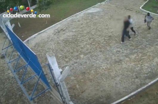 Vídeo: empresário é feito refém junto com o pai em assalto à mão armada