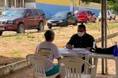 Sem sede própria, prefeito no interior do Piauí dá expediente no meio da rua