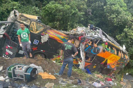Acidente com ônibus na BR-376 em Guaratuba deixa 19 mortos e 33 feridos