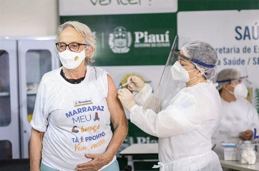 Governo vacina profissionais de saúde contra a covid e lança campanha no Piauí