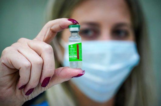 Matéria-prima para a produção de 12,2 milhões de doses da vacina de Oxford chega ao Rio neste sábado
