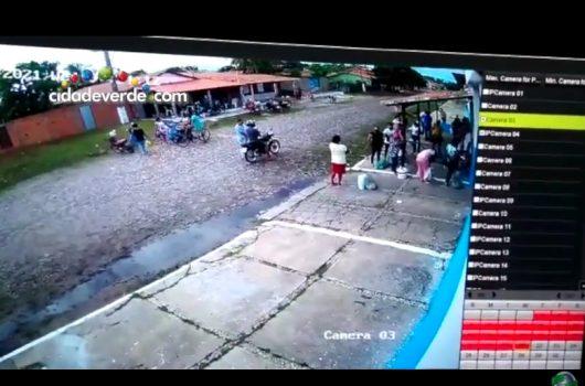 Vídeo mostra homens arremessando objetos para dentro de presídio