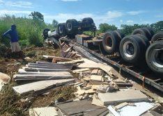 Carreta tomba na BR-135 e mata caminhoneiro; filho presenciou acidente
