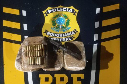 PRF apreende arma, munições e cocaína avaliada em cerca de R$ 900 mil na BR-343