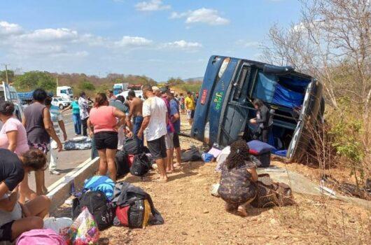 Ônibus tomba, mata vários passageiros e deixa feridos na BR-135 no Sul do Piauí